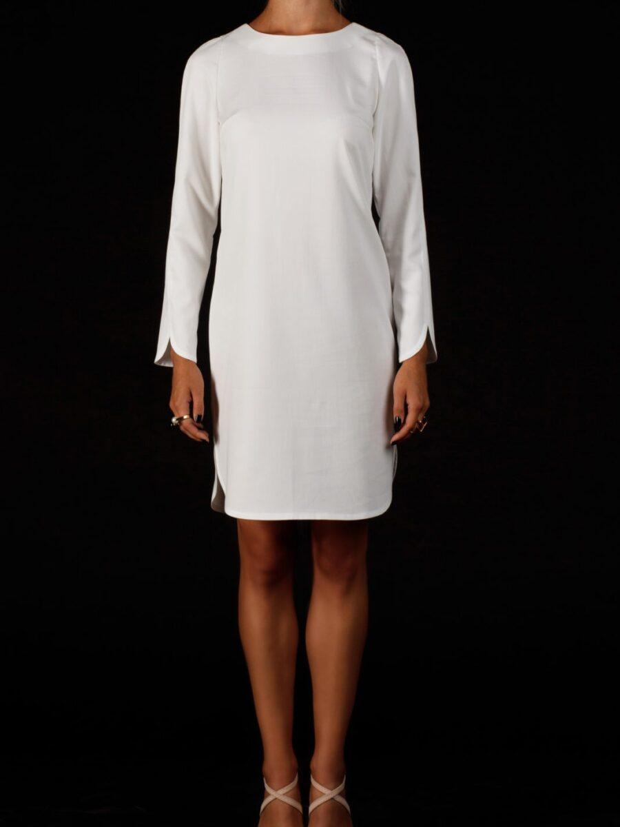 Белое платье с вырезом